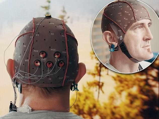 Henüz test aşamasında olan bu kaskta beyin dalgalarını algılayabilmek adına 64 adet sensör yer alıyor.